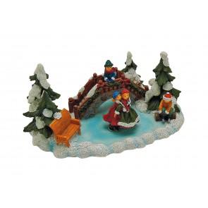 Weihnachtszeit mit Eisläufern auf Teich